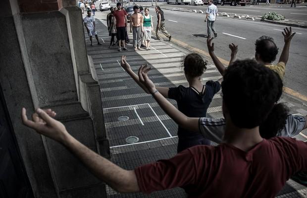 Ensaio da performance que será realizada nas ruas do bairro da Luz, uma das ações do Ciclo Luz e Sombra, promovido pela Cia. Pessoal do Faroeste em parceria com o Sesc Bom Retiro (Foto: Divulgação).