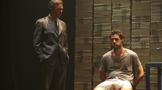 A peça Pedro e o Capitão, com os atores Kiko Vianello (esq.) e Fernando Bello, dirigida por Marcos Loureiro, lida com feridas da recente história latino-americana. (Foto: Alexandre Catan)
