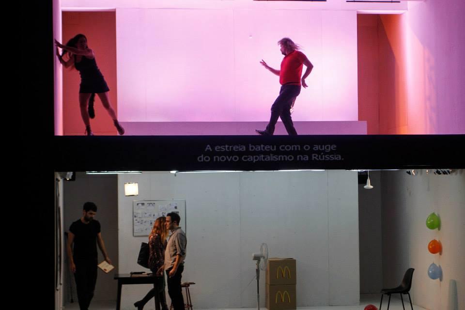 """A peça argentina """"Cineastas"""", de Mariano Pensotti, apresenta histórias simultâneas – embaixo, os dilemas criativos de cineastas; acima, o desenrolar de seus filmes. (Foto: Lígia Jardim/MITsp)"""