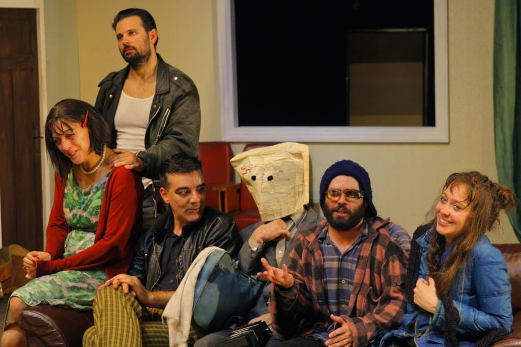 """Os personagens de """"Bem-Vindo à Casa"""", espetáculo uruguaio apresentado em duas partes; todas as apresentações foram bastante concorridas (Foto: Lígia Jardim/ MITsp)."""