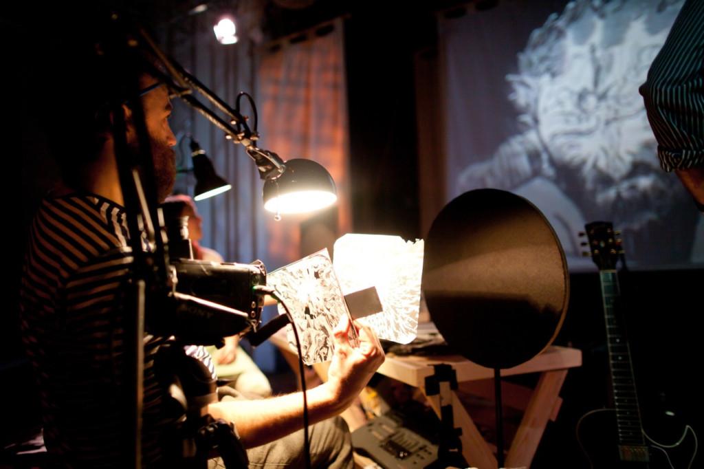 """Nicholas Rawling manipula os desenhos para criar as projeções de """"Odisseia"""", da The Paper Cinema (Foto: Divulgação)."""