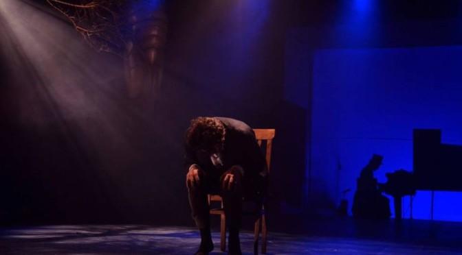 O Artista (André Guerreiro) e, ao fundo, o músico (Gregory Slivar), presente em cena durante todo o espetáculo. (Foto: Felipe Stucchi)