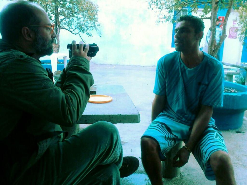 O videomaker Dario José colhe depoimentos de usuários atendidos na tenda do Programa Braços Abertos. (Foto: Priscila Machado)