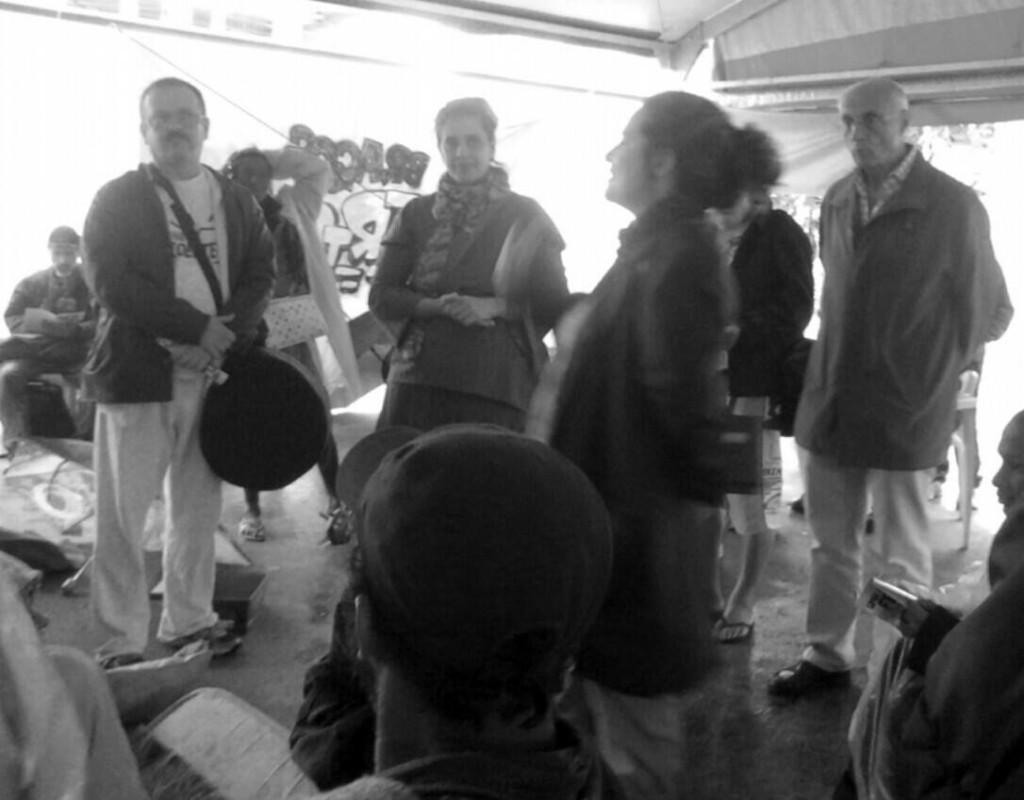 Paulo, Vera e Juliana, de As Graças, apresentam algumas das oficinas do projeto Luz Solar. O senador Suplicy acompanha atento. (Foto: Priscila Machado)